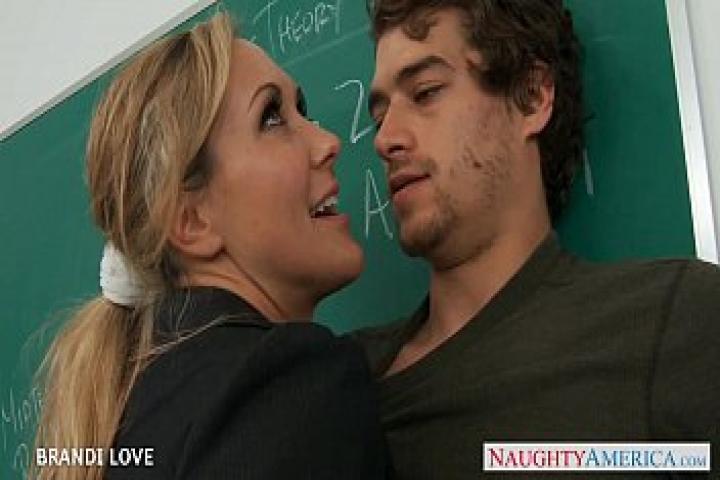 Белокурая учительница Brandi Love скачет на члене в классе