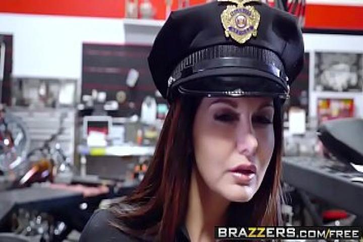 Brazzers Milfs. Зрелая полицейская вместо выписки штрафа взяла взятку в виде хуя в рот