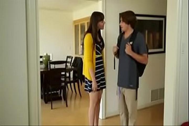 Девочка без одежды в коридоре