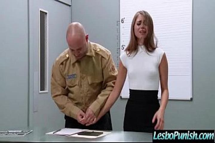 Девочку попавшую в тюрьму сокамерница просвещает в лечбиянки