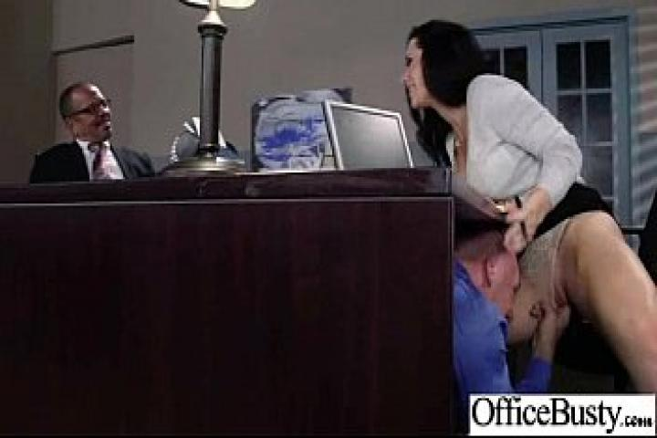 Девушка с большими сиськами наслаждается жестким сексом в офисе