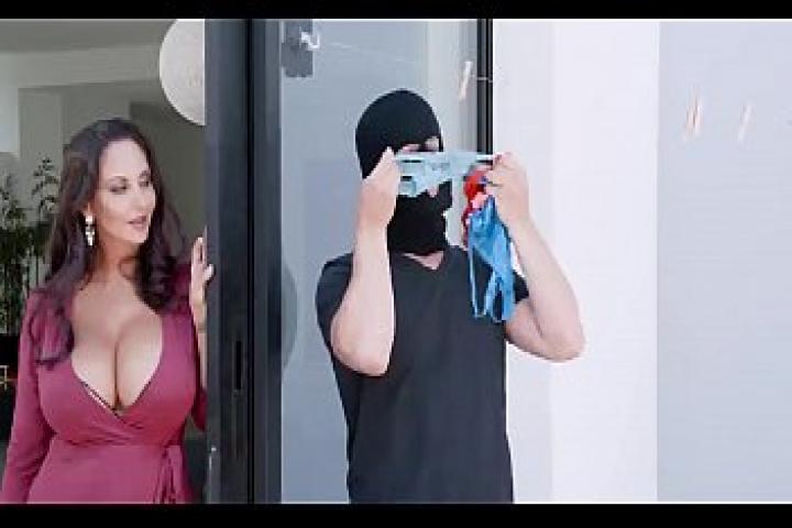 Грудастая мамаша поймала парня который нюхал и воровал её трусики