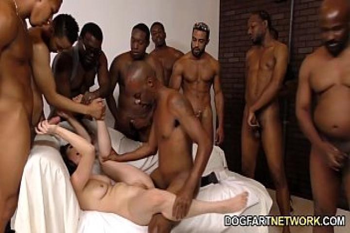 Кейси Калверт удовлетворяет анально черных парней и в награду получает сперму