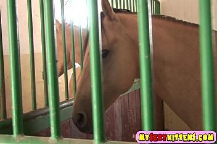 Молодая наездница использует фалос в конюшне