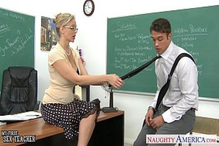 Оставила его после уроков для куни и секса в класе