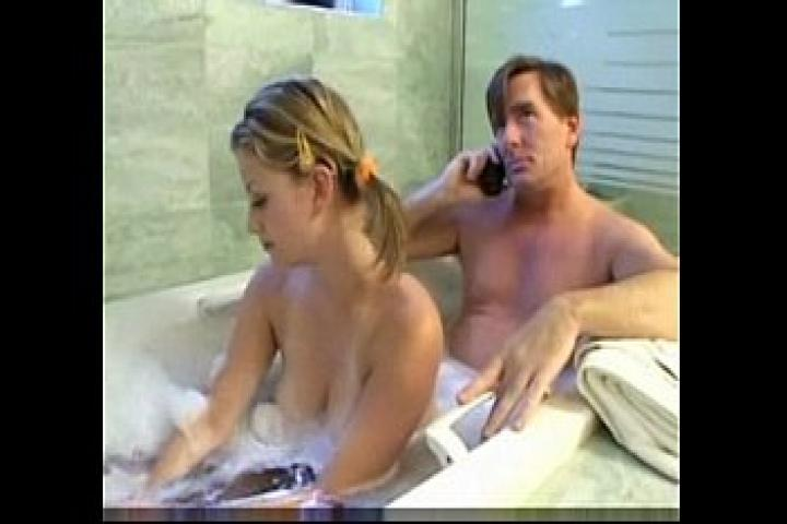 Падчерица сосет отчиму в ванной и поставляет свою розовую вагинку под член