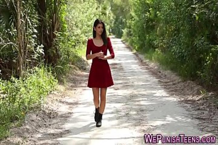 Поймал в лесу молоденькую девочку и жестко наказал её  за прогулки без взрослых