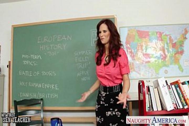 Рыжая учительница секса Syren De Mer трахается в классе