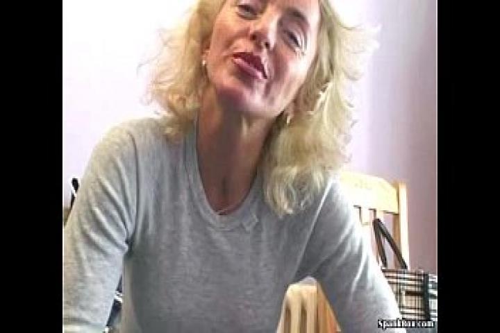Зрелая тётенька с мохнатым лобком переоделась в сексуальное бельё, соснула хуйца и потрахалась